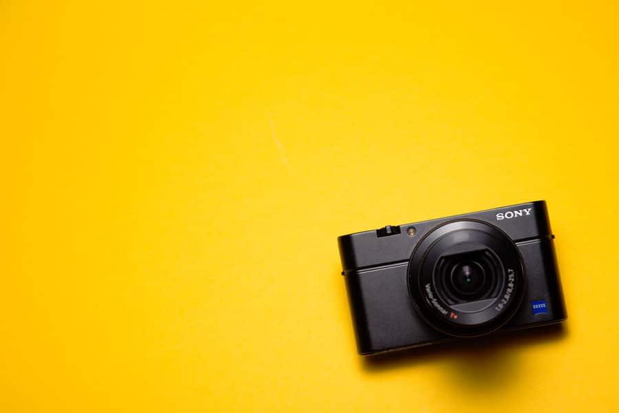 Fotokamera auf gelbem Hintergrund
